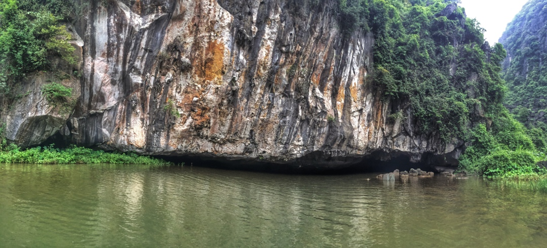entrance to tam coc river cave