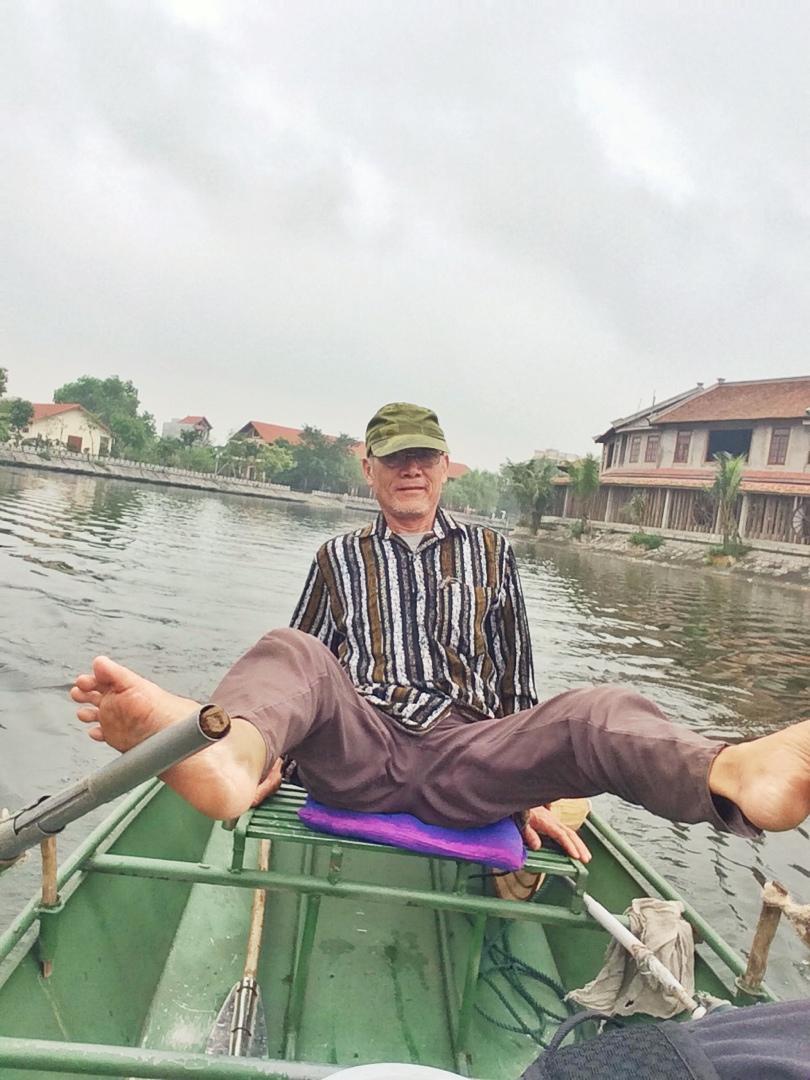 tam coc's unique rowing style