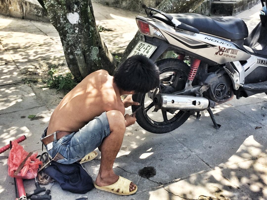 bike mecanic on hai van pass